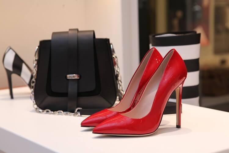 Crvene štikle i crna torbica