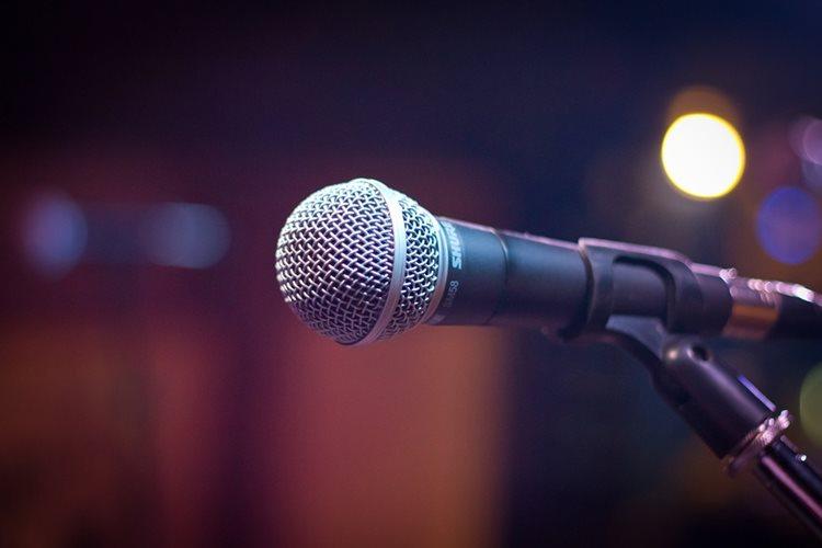 Mikrofon Shure - pevanje narodnih pesama